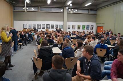 Stv. ADS-Schulleiterin Anja Krapp bei der Begrüßung der Schülerinnen und Schüler