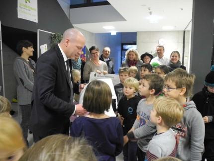 Aktion Kinderbaum Prüfeninger Grundschüler übergeben Scheck an Oberbürgermeister Joachim Wolbergs(1)