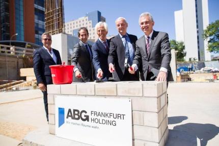 Mit Kelle: Max Baum, Michael Baum, Frank Junker und Peter Feldmann bei Grundsteinlegung in Niederrad