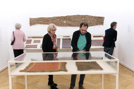 Weltkulturen_Museum_Der_rote_Faden_Besucher_2_copyright_Wolfgang_Guenzel