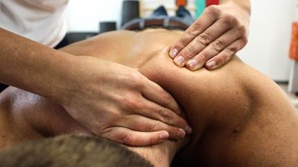 Bei Verspannungen helfen Wärme und Massagen